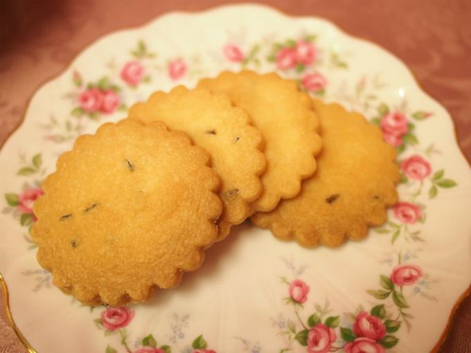 ラベンダーショートブレッド。 ドライラベンダーが入ったショートブレッド。 ショートブレッドはサクサクしたバタークッキーのことです。