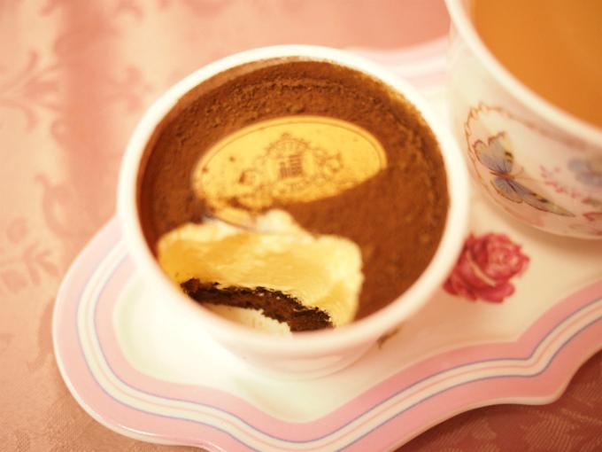 一番下にはコーヒーシロップが染み込んだチョコレートのスポンジが入っていました。