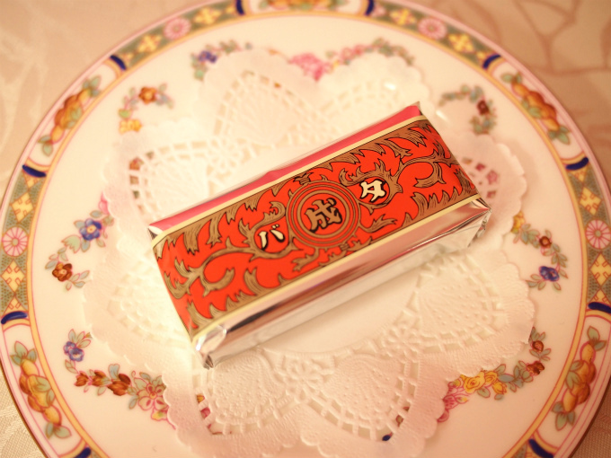 このパッケージは伝説のバターのパッケージを模したものだったんですね!六花亭なのに、なんで「成」なんだろうと長年不思議に思っていました。通のひとはこのお菓子を「バナリタ」と呼ぶそうです。