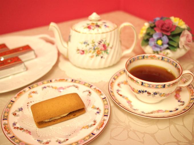 六花亭の「マルセイバターサンド」と紅茶