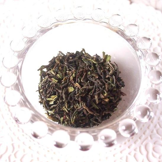 インド ジュンパナ茶園のダージリンファーストフラッシュの茶葉 ファーストフラッシュの茶葉はこのように緑がかった色をしています。
