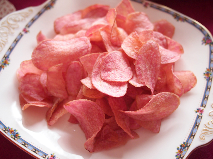 成城石井でピンクのポテトチップスを見つけたので、今日のパーティーにぴったりだと思って購入してしまいました!こちらは私が大好きな菊水堂のポテトチップスなのです!