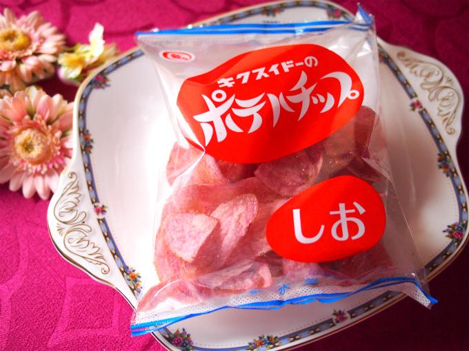 菊水堂のピンクのポテトチップスは長崎産のアントシアニン入りジャガイモ「Lady j」を使っているからピンク色なのだそう! 菊水堂のオンラインショップ限定らしいのですが、たまに成城石井で売っているそうです。