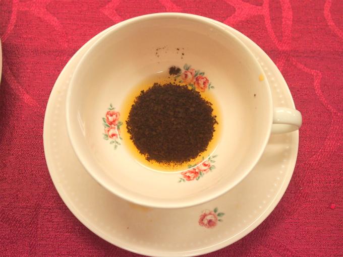 紅茶占いのやり方はいろいろあるけれど、今回は茶葉の形で未来を占う方法。ティーカップに茶葉が入るように紅茶を入れて、少し茶液を残した状態で、カップをくるくると回して、ソーサーに伏せてから、カップを元に戻すと
