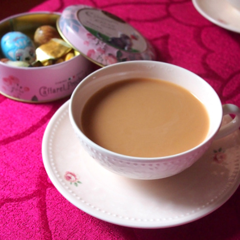 差し入れていただいたチョコレートにはウバのミルクティー。