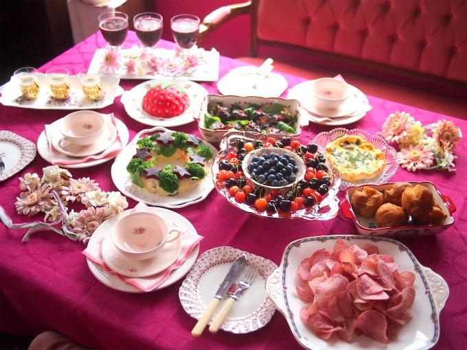当日のテーブルはこんな感じに。ベリーピンクをテーマにしたのは、ベリー系のスイーツがよく食べられるということだったのでクロスもこの色にしました。テーブルクロスは面が大きいので、テーマカラーのものを使うとイメージ通りになりますね!