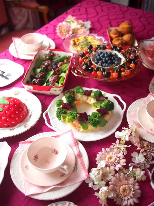 テーブルウェアはテーマカラーのベリーピンクに合わせて赤やピンクのものを用意しました。