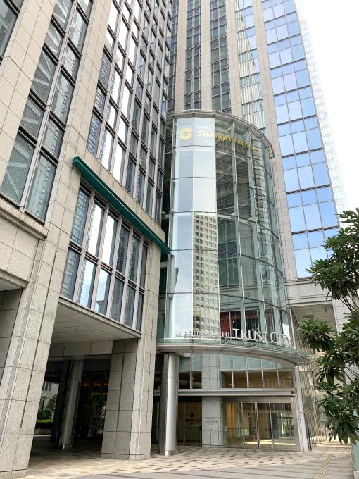 シャングリラ ホテル東京が入っている丸の内トラストタワー本館の外観