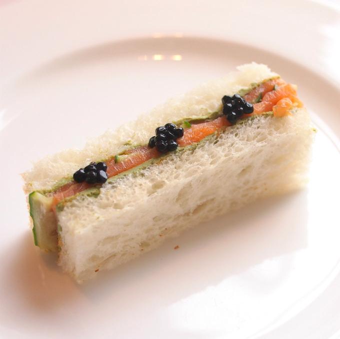 スモークサーモンと胡瓜の抹茶風味のクリームチーズ トリュフキャビア ホワイトブレッド
