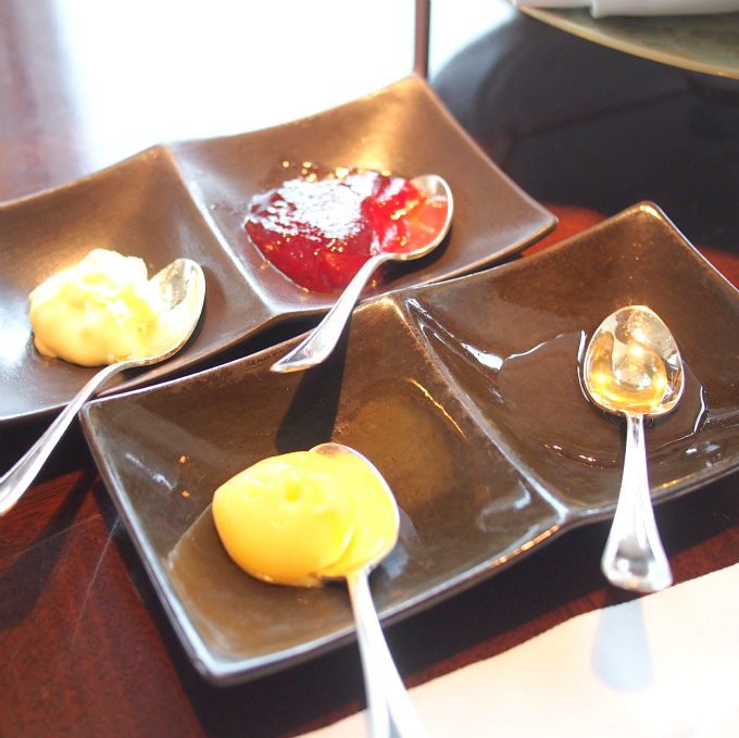 スプレッドはクロテッドクリーム、いちごジャム、レモンカード、はちみつの4種類