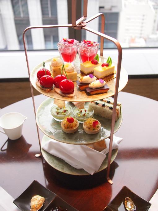シャングリラ ホテル東京「ザ・ロビーラウンジ」のアーリーサマーアフタヌーンティー2人分のケーキスタンド