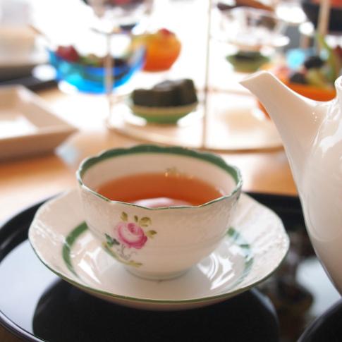 こちらは国産紅茶。カップはウィーンのバラでした。