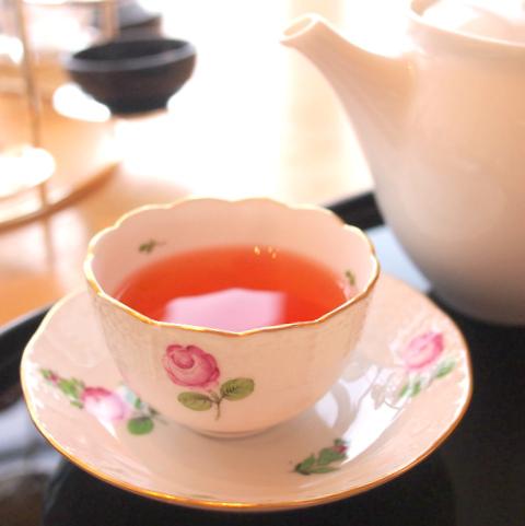 こちらは季節のアロマティー。この日は薔薇のフレーバーティーでした。カップはプティローズです。
