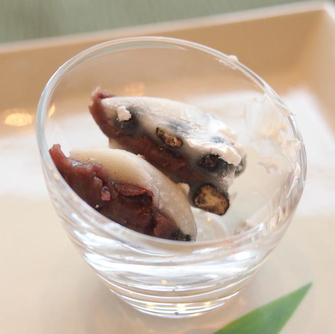 いちご豆大福は食べやすいようにカットしてありました。