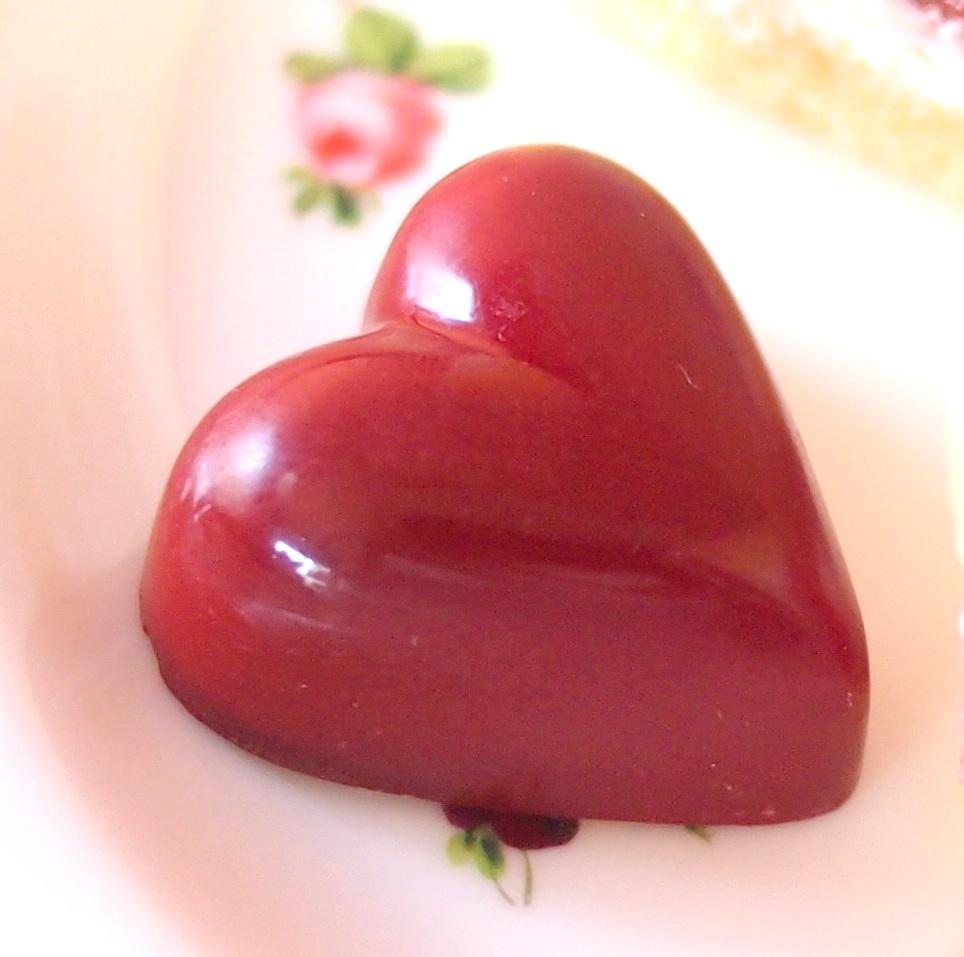 ハートのチョコレート中にはパッションフルーツのジュレが入っていました。