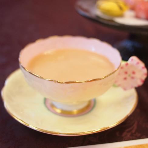 こちらはディンブラのミルクティー。ミルクティージュレ、ベリータルト、 ラズベリースコーンに合わせました。ベリー系はディンブラと相性がいいですね!