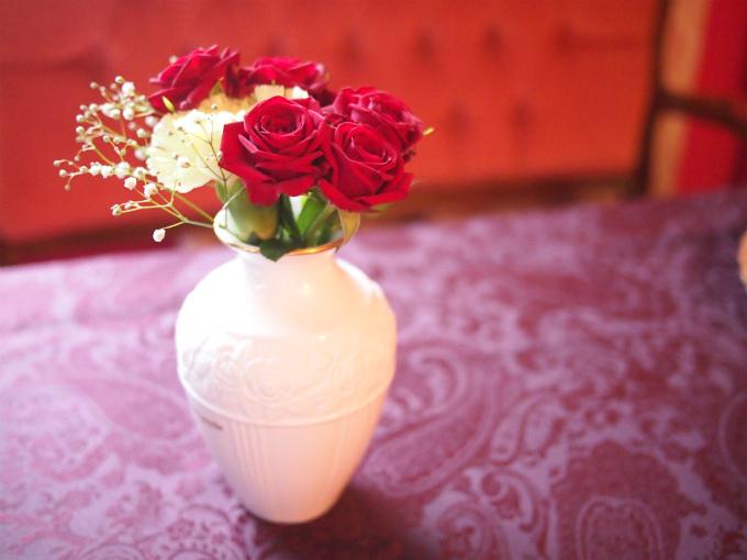 ということで、お花は赤い薔薇に決定。こちらは一緒にテイクアウトアフタヌーンティーをしたEちゃんが差し入れしてくれました。ちょこっとだけ、黄色のお花が入っているところも素敵です。