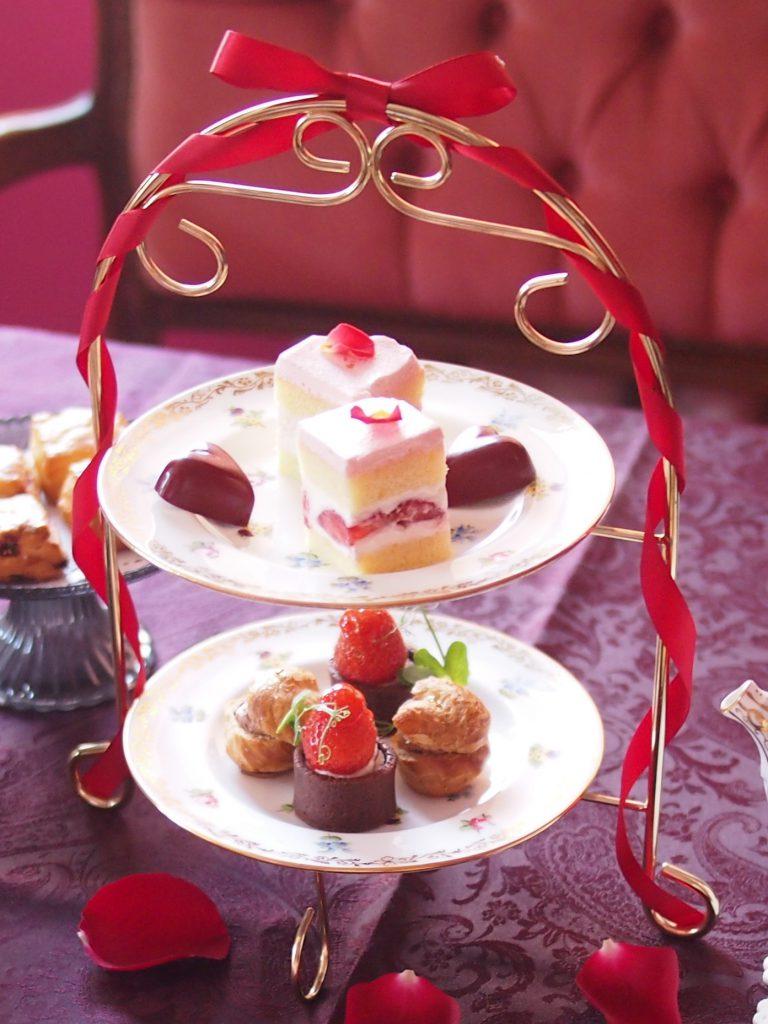 ケーキスタンドは赤いリボンを付けておめかし。プレートはミントンのアンティークです。
