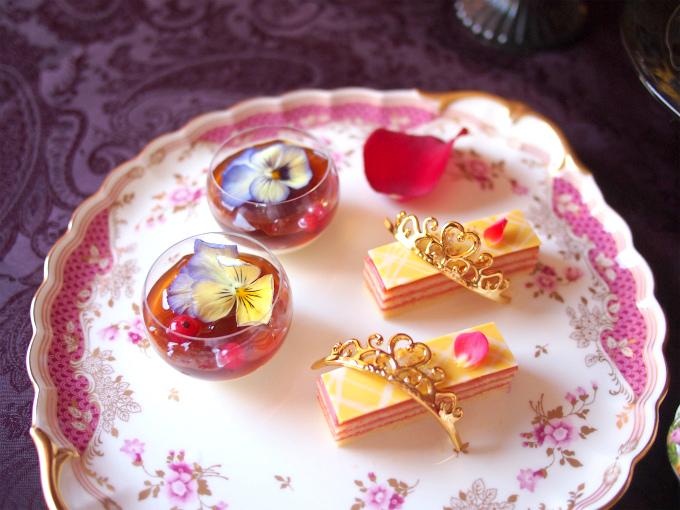 プリンセスのローズシトロンオペラとミルクティージュレはNARUMIのケーキプレートに。赤のプレートがなかったのでしかたなくピンクになっちゃったけど、濃い目のピンクを選びました。