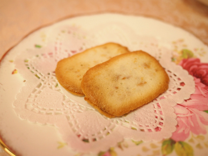 ココスツィーゲルはヘーゼルナッツ入りのミルクガナッシュをココナッツ入りのラングドシャでサンドしたクッキーです。