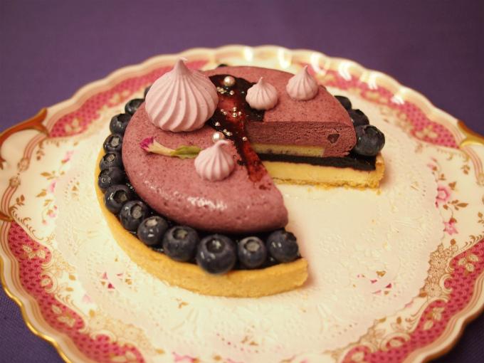 Like Sweets BOXの「タルトミルティーユ」はサクサクのタルト生地の中にバニラクリームとブルーベリーのコンフィチュールを敷き詰め、その上にブルーベリーのムースが乗っているケーキ。