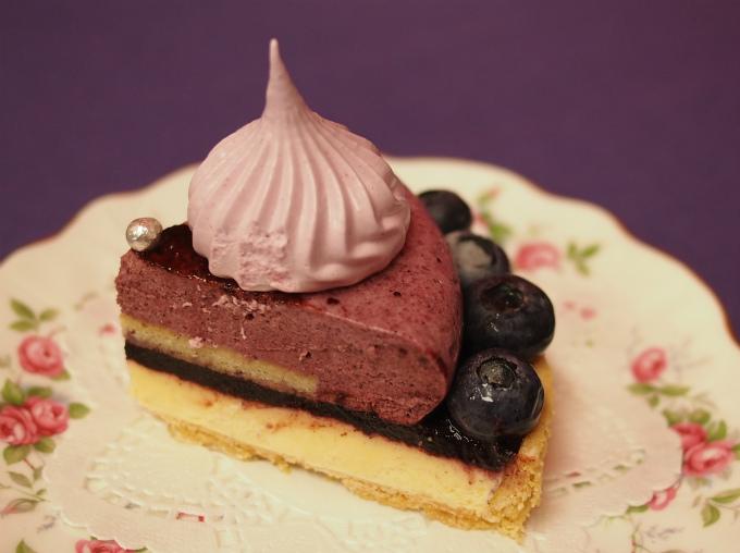 ムースの周りには粒がそろったブルーベリーが綺麗に並べられ、 ブルーベリーのギモーヴやアラザンで飾り立てた見た目も華やかなケーキになっています。