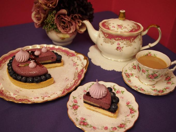 カップ&ソーサーとケーキプレートはエインズレイのヴィンテージ。ティーポットと大皿はNARUMIです。