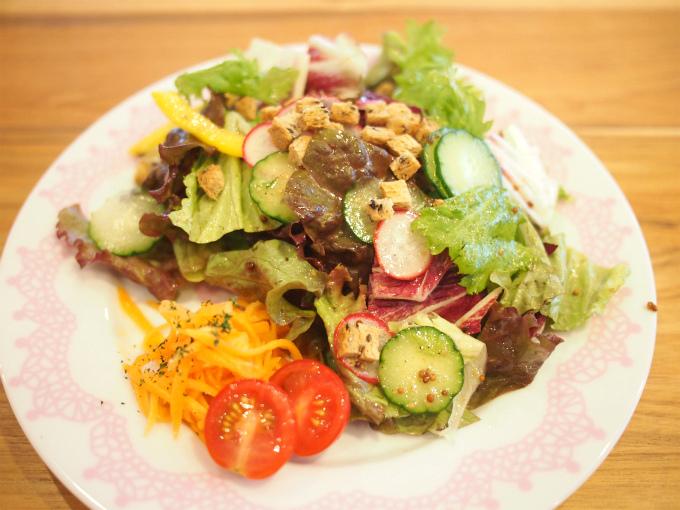 こちらは気まぐれランチのサラダ。ドレッシングがフルーティーで美味しかった!キャロットラペもついているところが素敵♬