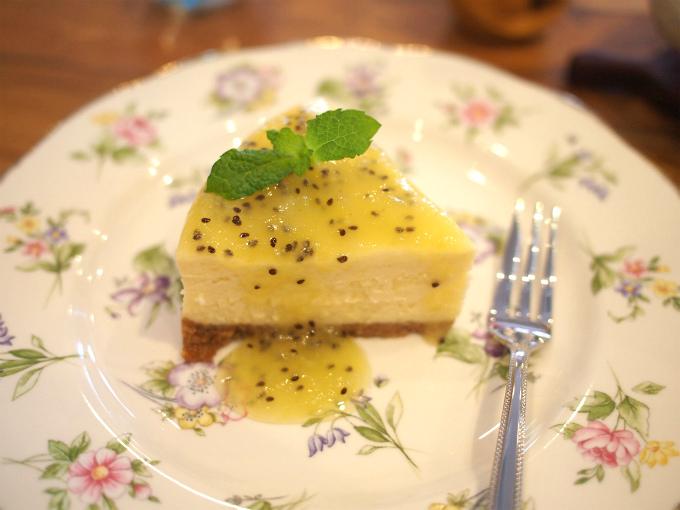 こちらはキウイソースのチーズケーキ