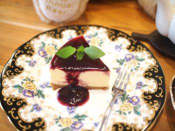こちらはチーズケーキ。チーズケーキのフルーツソースは2種類あって、こちらはブルーベリー。