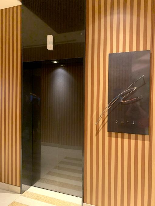 「ピーター」へはロビーラウンジの奥にある直通のエレベーターで向かいます。