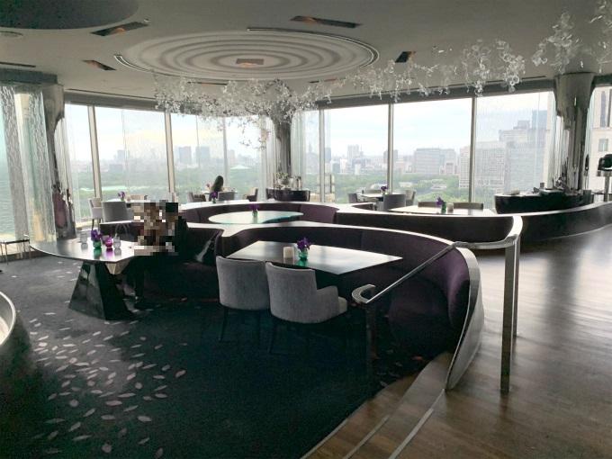 バーの奥には100席以上もある広ーいレストラン「ピーター」があります。