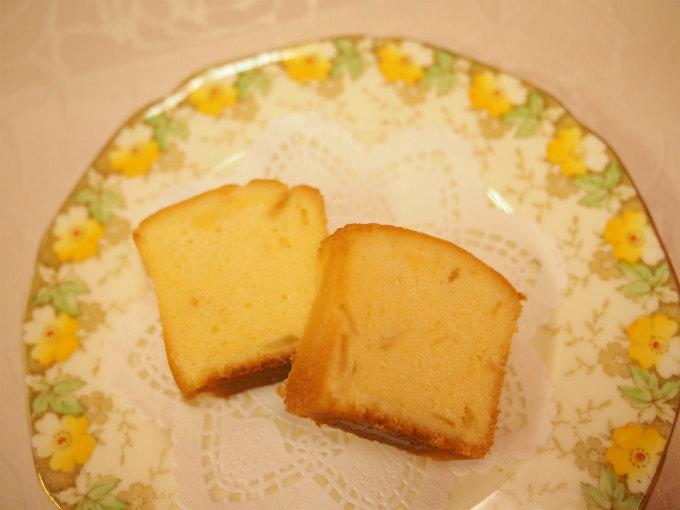 生地のきめが細かく、程よくしっとりしているパウンドケーキです。レモンピールはトップの他に中にも入っています。