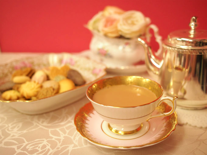 カップ&ソーサーはパラゴン(英)のアンティーク。クッキーを入れた大きなお皿はリモージュ(仏)のアンティークです。