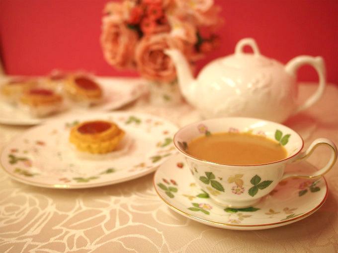 カップ&ソーサーとケーキプレートはウェッジウッドのワイルドストロベリー。ティーポットと大皿はミントンのヴィクトリアストロベリーです。