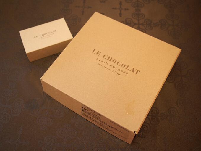 アラン・デュカスのテイクアウトアフタヌーンティーはこのようなBOXに入っています。