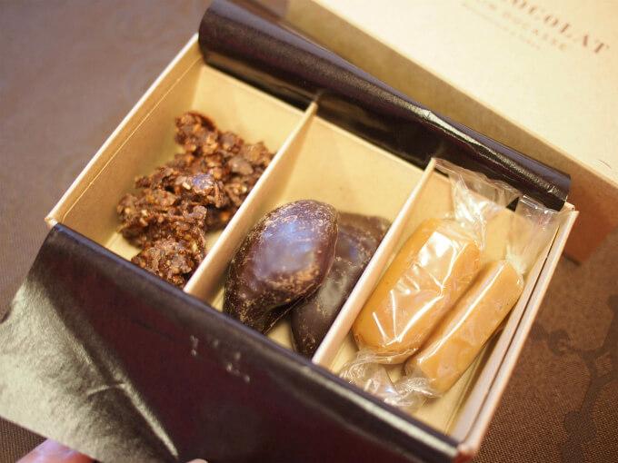 小さいBOXの中身。フリアンディーズ(小さなお菓子)が3種入っています。