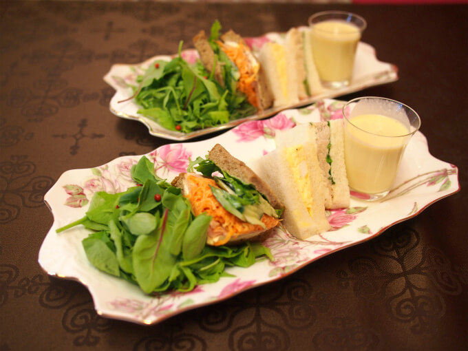 サラダとサンドウィッチと冷製コーンポタージュです。