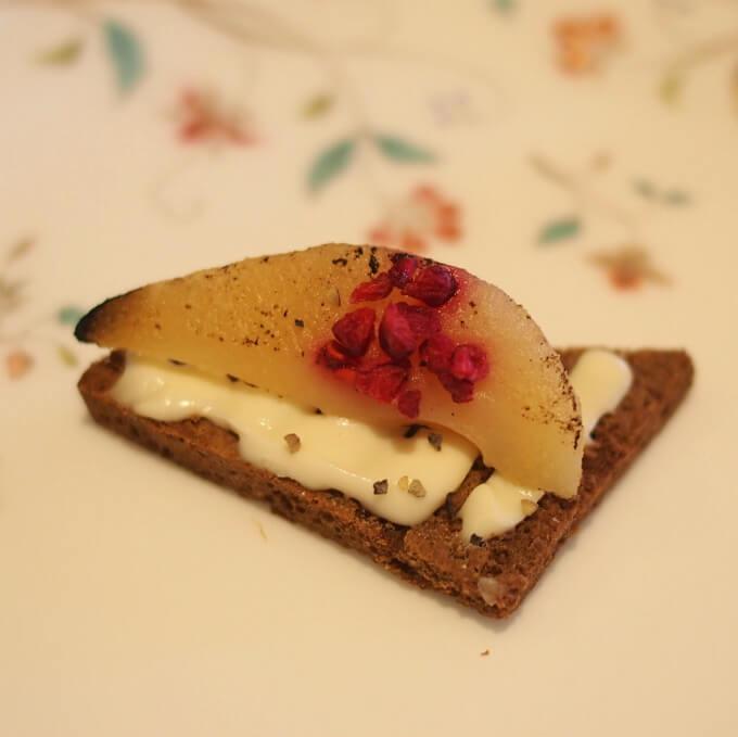 洋梨とクリームチーズのオープンサンド プンパニッケル(ライ麦パン)に洋梨のコンポートとクリームチーズをのせたオープンサンド。