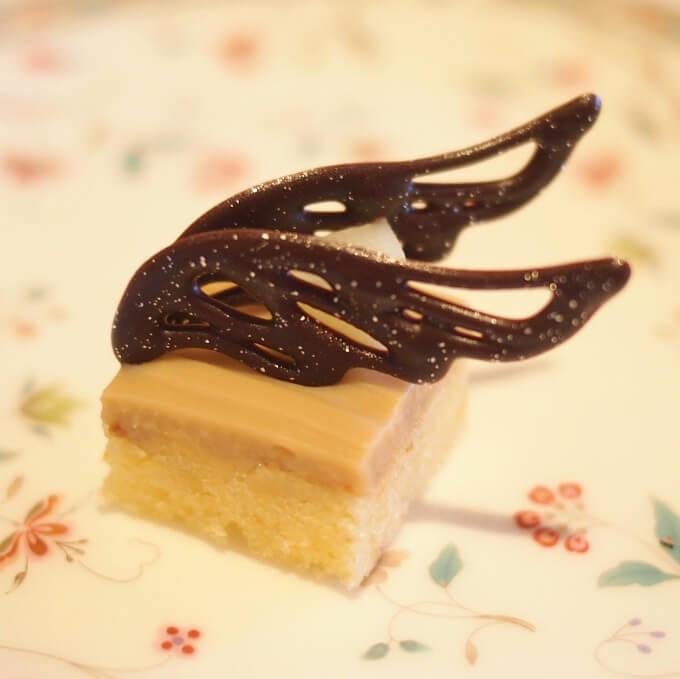 """ピーチのバターケーキ チョコレートはグタールのモチーフ""""バタフライ""""をイメージしてます。"""