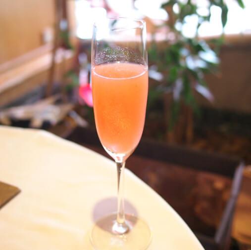 今回はウエルカムドリンク付きのプランを予約したので最初はこちらのピーチフレーバーのノンアルコールカクテルを飲みました。グラスに金箔が施されていてキレイでした!