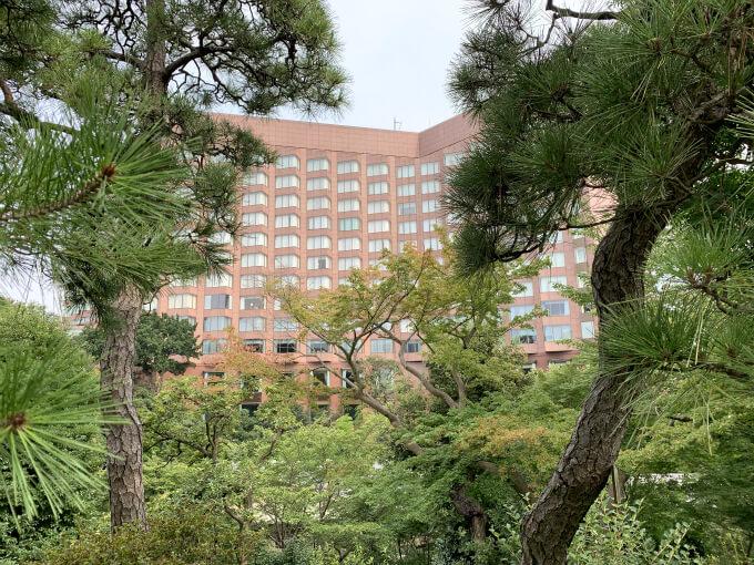 いつもはホテルを利用しない人でも自由に出入りできる庭園は、ホテルを利用した人のみの限定開放に。