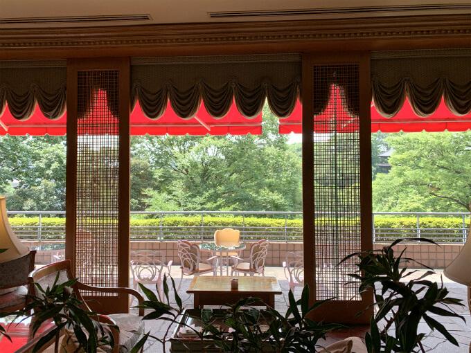 テラス席に面する窓は全開です。