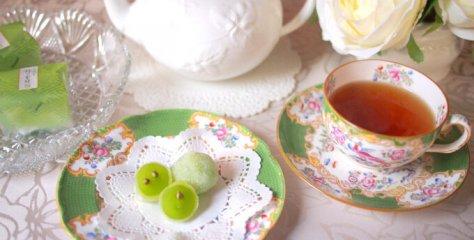源吉兆庵のマスカットをまるごと求肥で包んだ和菓子「陸乃宝珠」と紅茶