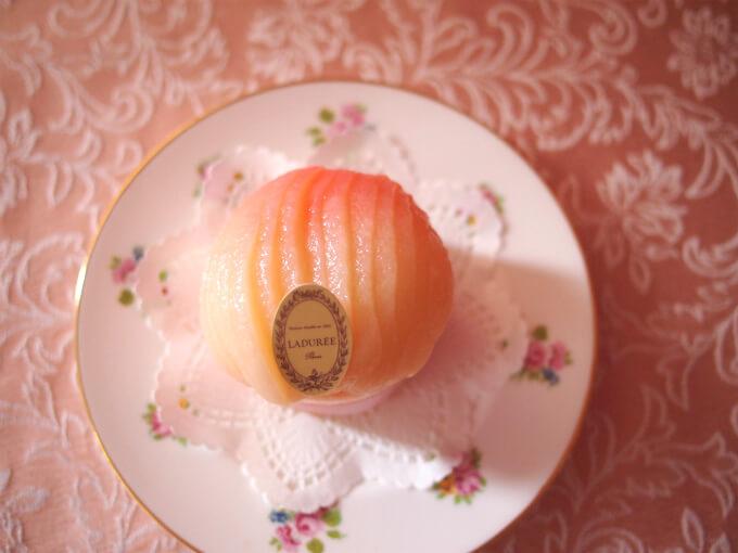 真上からみた「シャルロット・ペッシュ・ブラン」。ほんのりピンクに染まっている桃がたまらなく可愛い♥