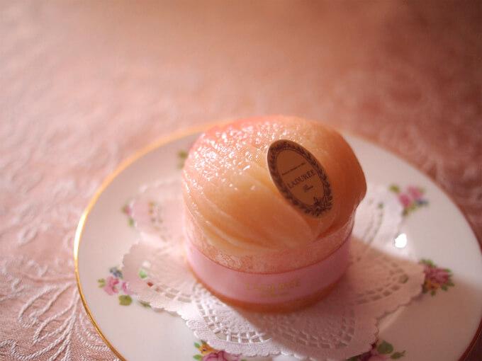 スライスされた桃のコンポートがとっても美しいです。