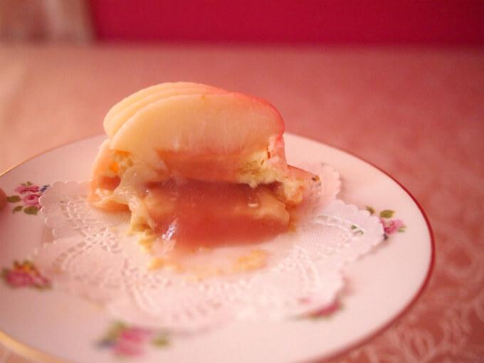 半分に切ったら、柔らかくて崩れてきちゃったけど、桃のコンフィチュールがとろーりと出てきて、とっても美味しそう!