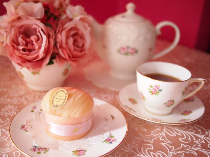 ラデュレの桃のケーキ「シャルロット・ペッシュ・ブラン」と紅茶