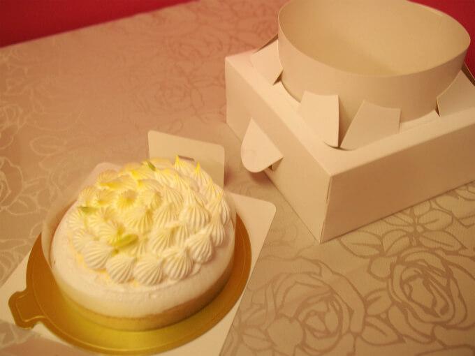 先月からケーキのBOXが取り出しやすいように改良されているので、今回も簡単に取り出すことができました。