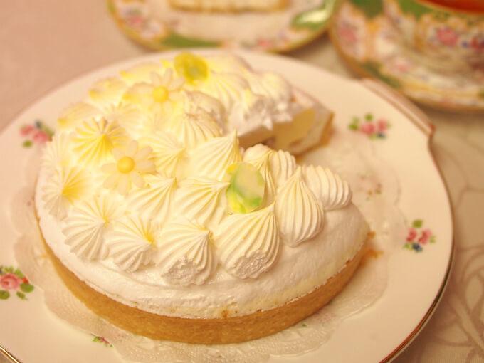 「フルールジョーヌデテ」はサクサクのタルト生地の上に百花蜜を使ったヌガーグラッセとベルガモットのコンフィチュール、パルフェグラッセを乗せ、上部にはメレンゲを美しくあしらったアイスケーキです。